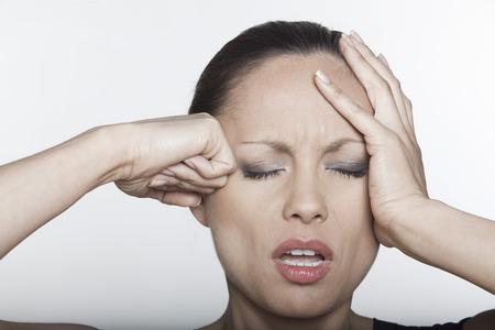 rgern: sch�ne ausdr�ckende Frau Portr�t auf Siolated Hintergrund verwechselt Kopfschmerz Kater LANG_EVOIMAGES
