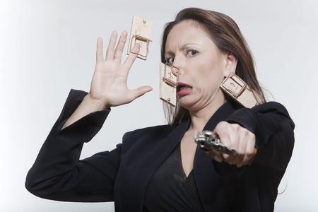 mousetrap: donna di ritratto espressivo isolato sfondo del mouse caccia LANG_EVOIMAGES