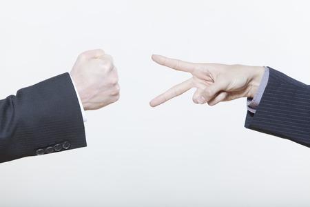rock hand: due maschi espressivi giovani uomini su sfondo isolato  LANG_EVOIMAGES