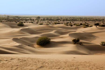 Khuri dunes dans le désert du Thar près de Jaisalmer dans le Rajasthan Etat en indi Banque d'images
