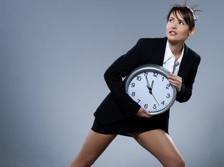 hetzen: beautiful Woman on isoliert Backgound holding eine Uhr LANG_EVOIMAGES