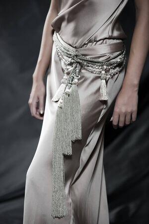 toga: Fotos de moda de una hermosa mujer crema satinado vestido de c�ctel LANG_EVOIMAGES
