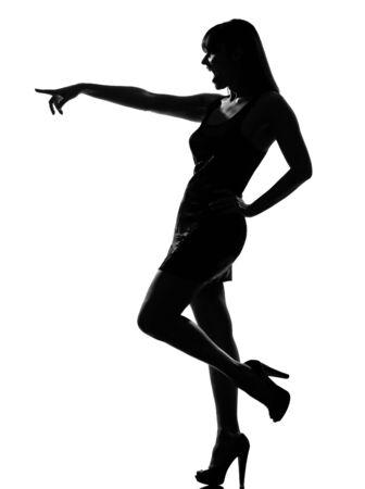 silueta elegante caucásica hermosa mujer riendo señalador de longitud completa gesto en estudio aislado fondo blanco Foto de archivo