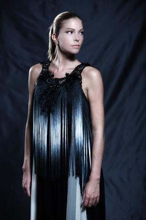 Photos de mode d'une belle femme portant frange de soie robe de style en noir et blanc chinois faisant martiale posture arts Banque d'images - 9823661