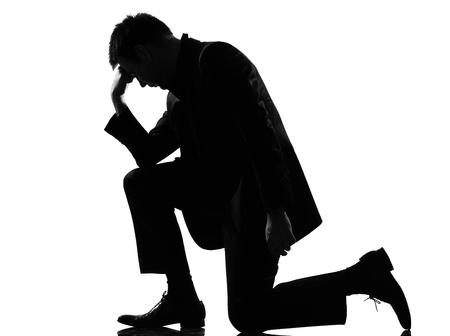 ひざまずく: 疲労の絶望を表現するシルエット白人ビジネス男疲れて分離スタジオ ホワイト バック グラウンド動作フルの長さ