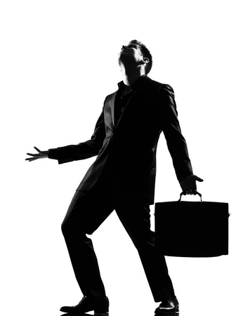 分離されたスタジオ ホワイト バック グラウンド動作フルの長さを見て怒り逆境絶望を表現するシルエット白人ビジネス男