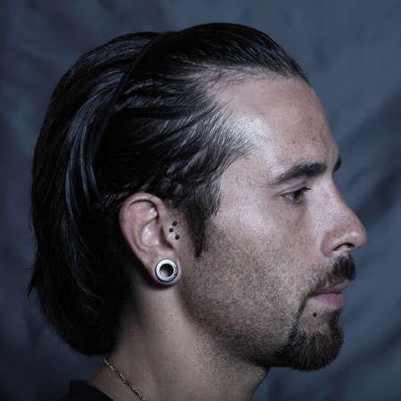 durchstechen: urban stylish caucasian junger Mann mit Ohrl�cher und Piercing-Studio Portrai