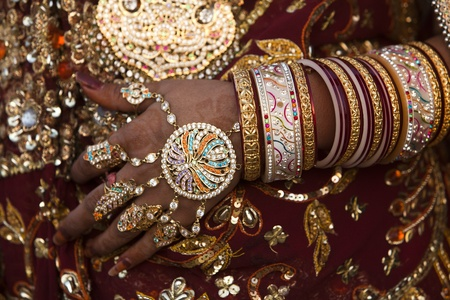 bride bangle: wedding couple in tradional costume in jaisalmer  in rajasthan state in india LANG_EVOIMAGES