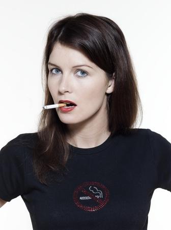 malos habitos: Retrato de estudio de una hermosa mujer sobre fondo blanco aislado en concepto de adicci�n de fumar
