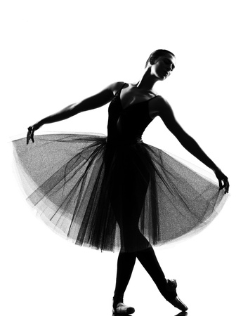 ballet: bailarina de ballet bella mujer cauc�sica de altura permanente plantean longitud completa sobre fondo blanco estudio aislado