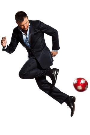 흰색 배경에 고립 스튜디오에서 저글링 축구 공을 재생 한 백인 비즈니스 사람 (남자)