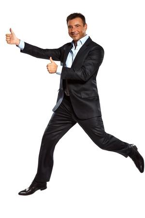 persona saltando: un hombre de negocios, caucásico, corriendo saltando doble pulgares arriba en el estudio aislado sobre fondo blanco