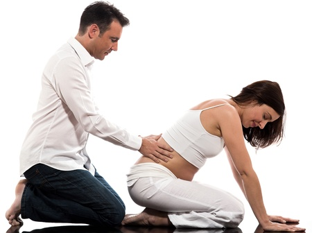 homme enceinte: caucasien couple attend un studio de massage relaxante bébé isolé sur fond blanc