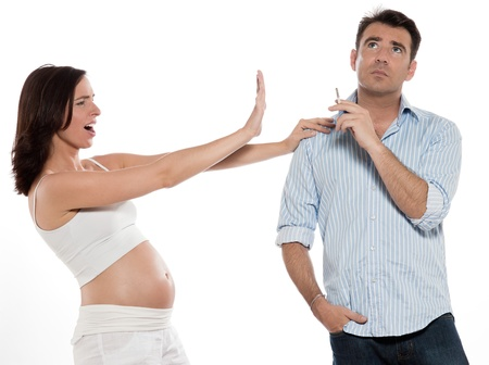 persona fumando: caucasian mujer embarazada parada somke peligro concepto aislado estudio sobre fondo blanco Foto de archivo