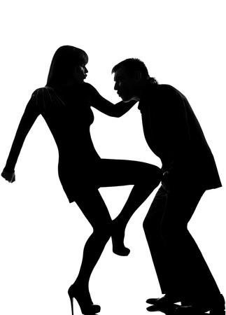combattimenti: un uomo caucasico coppia e di auto difesa donna violenza domestica in studio silhouette isolato su sfondo bianco