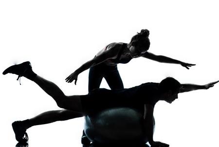 運動トレーニング有酸素フィットネス姿勢全長花吹雪白い背景で隔離のスタジオで 1 つのカップル男性女性