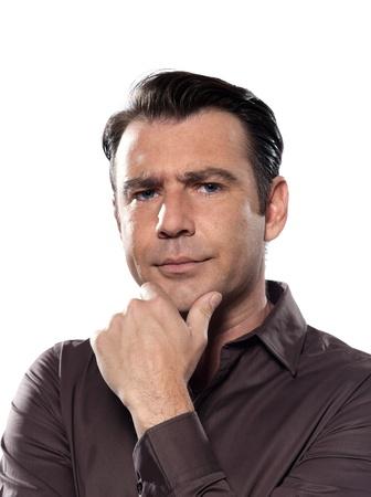 desconfianza: hombre pensativo retrato de estudio anxioust graves aislados en fondo blanco