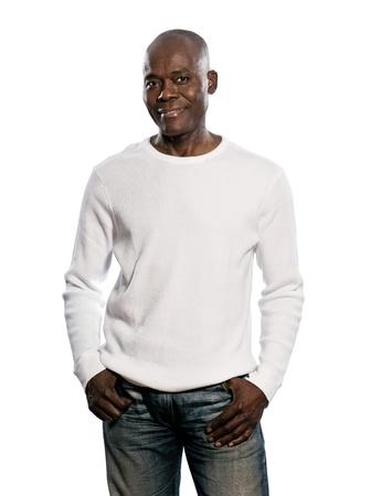 アフロアメリカン: 白い背景と分離されたスタジオのポケットに手で立っている幸せのカジュアルのアフロのアメリカ人間の肖像画