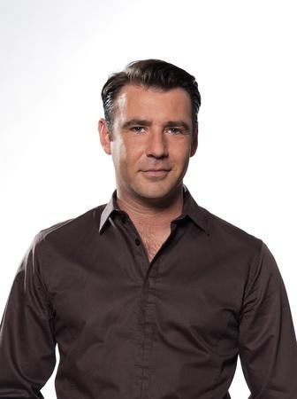 visage homme: Bel homme caucasien souriant portrait isol� sur fond gris avec chemise brune Banque d'images
