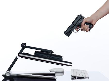 La communication entre les main de l'homme et un moniteur écran d'ordinateur isolé sur fond blanc exprimant notion échec d'arrêt Banque d'images - 11633280