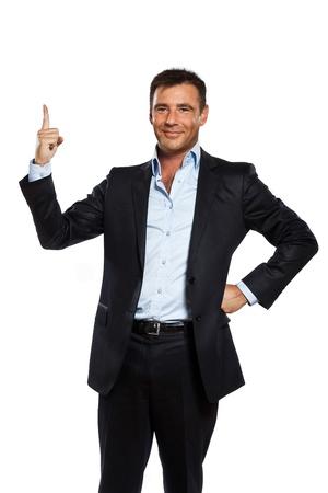 un hombre de negocios caucásico que apunta hacia arriba el dedo copia en blanco el espacio en el estudio aislado sobre fondo blanco Foto de archivo
