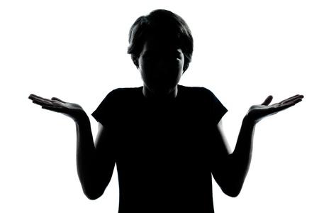 esitazione: uno caucasico giovane ragazzo silhouette adolescente o ragazza ignorante ritratto gesto esitazione alzando in studio ritagliato isolato su sfondo bianco