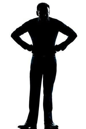 arrogancia: uno las manos del hombre caucásico enojado en la silueta de las caderas de cuerpo entero en el estudio de fondo blanco aislado
