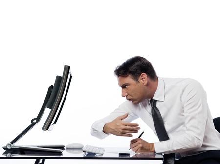 isol� sur fond blanc: relation entre un homme de race blanche et un moniteur �cran de l'ordinateur sur fond blanc isol� exprimant notion espion