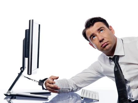gefesselt: ein kaukasisch Mann angekettet an Computer mit Handschellen auszudr�cken Sucht Konzept Studio isoliert auf wei�em Hintergrund