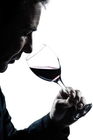 ein kaukasisch Mann Porträt Silhouette Riechen Rotweinglas im Studio isoliert auf weißem Hintergrund