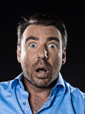 asustado: el miedo del hombre cauc�sico retrato sin afeitar stuned estudio aislado sobre fondo negro Foto de archivo
