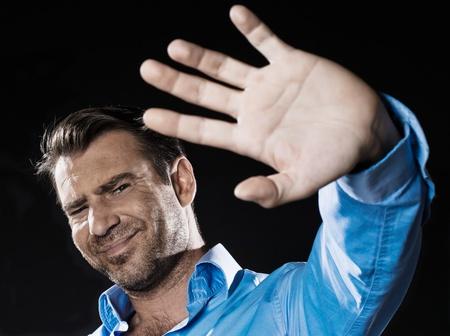 arrogancia: el hombre caucásico sin afeitar gesto de rechazo retrato aislado estudio sobre fondo negro