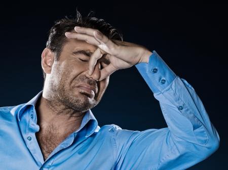 caucasian hombre sin afeitar, mal olor olor retrato aislado estudio sobre fondo negro