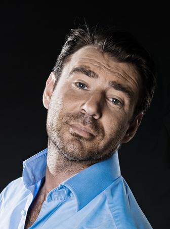 arrogancia: hombre caucásico sin afeitar estudio de retrato arrogante aislado sobre fondo negro