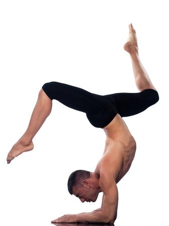 the acrobatics: el hombre cauc�sico Eka Pada Viparita Dandasana una sola pierna Personal invertida plantean estiramiento de yoga acrobacias balance de estudio de la postura aislada sobre fondo blanco