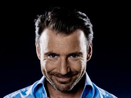 Een blanke man glimlachend stiekeme stoppels kwaadaardige portret geïsoleerde studio op zwarte achtergrond Stockfoto - 11752842