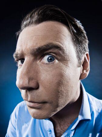 desconfianza: el hombre cauc�sico observar estudio de retrato aislado sospechoso en fondo negro Foto de archivo