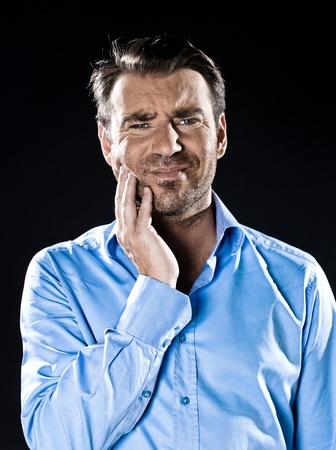 dolor de muelas: hombre caucásico dientes sin afeitar dolor estudio retrato aislado en fondo negro