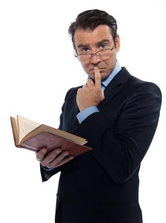 esitazione: insegnante di lettura uomo caucasico professore tiene antico libro pensando studio isolato su sfondo bianco