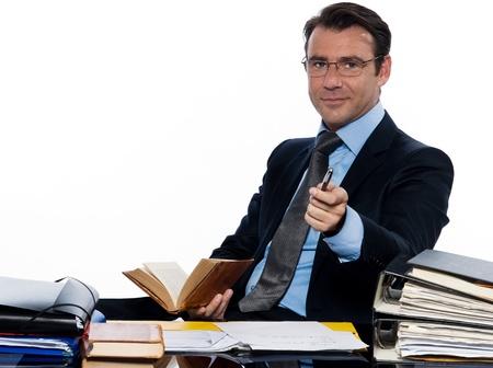 se�al de silencio: un hombre de negocios cauc�sico hombre profesor de profesor de se�as que apunta la c�mara sentado estudio aislado ocupados en el fondo blanco
