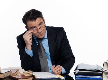 arrogancia: el hombre caucásico profesor de profesor de clases particulares estudio aislado seria sobre fondo blanco