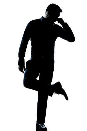 tufo: un hombre cauc�sico mirando a sus zapatos silueta desagradable olor de cuerpo entero en el estudio de fondo blanco aislado