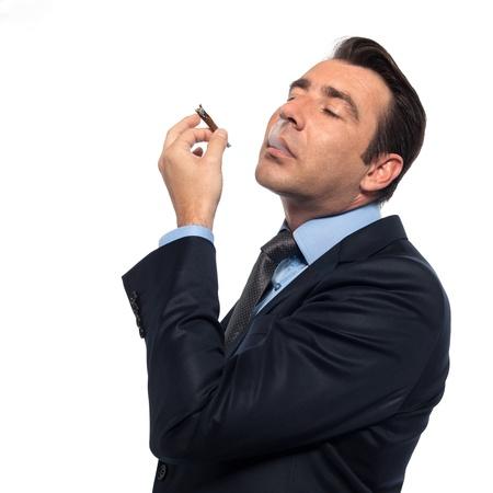 persona fumando: hombre de negocios aislados fumar drogas estudio sobre fondo blanco