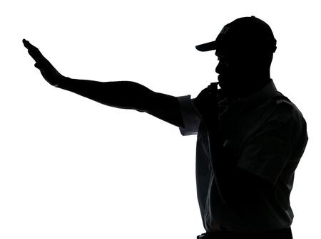 アフロアメリカン: アフロ ・ アメリカンの交通警官作る停止ジェスチャー分離白地にスタジオで吹く笛