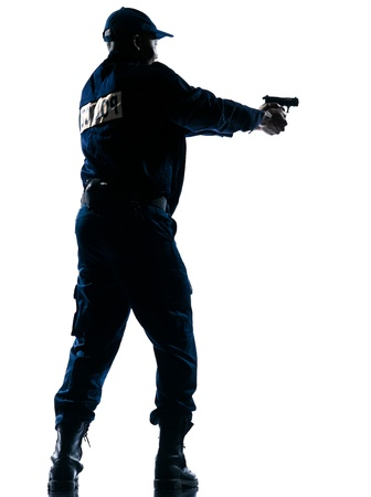 hombre disparando: Longitud total de un oficial de policía afroamericano apuntando un arma de fuego sobre fondo blanco aisladas
