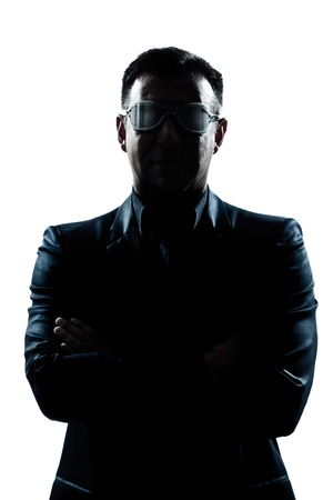 un ritratto uomo caucasico, silhouette, le braccia incrociate gravi strani occhiali in studio di sfondo bianco isolato