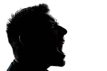un retrato, caucásico, hombre de perfil de la silueta enojado gritando en el estudio de fondo blanco aislado