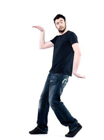 arrogancia: hombre extraño la actitud del hombre en el fondo blanco aislado caminar como un egipcio