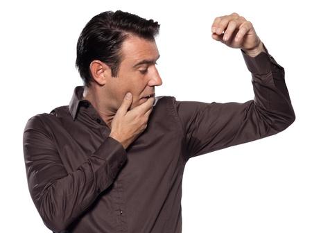 sudando: un hombre caucásico mirando mancha de sudor sudar sudar mancha estudio sorprendió aislado sobre fondo blanco