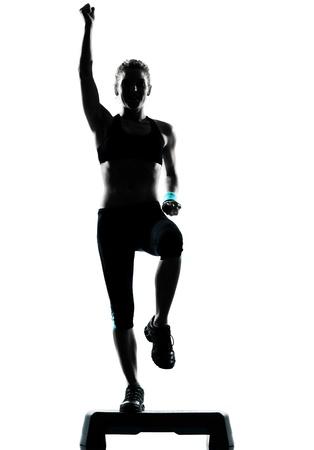 ejercicio aer�bico: una mujer el ejercicio de entrenamiento de la aptitud postura ejercicio aer�bico en estudio de fondo blanco aisladas Foto de archivo